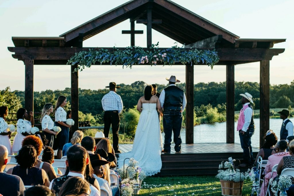 Advantages Of The Outdoor Wedding Reception: Adorning Your Outside Structure